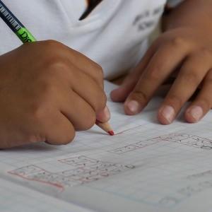 estudiante escribiendo en cuaderno